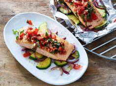 """Das Bild zeigt unser Rezept """"Lachsfilet mit mediterranem Gemüse""""."""