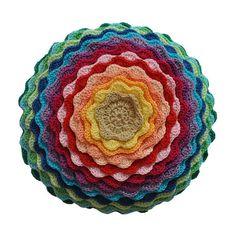 Almofada Redonda Crochê 30cm Multicor fica bem nos sofás mais básicos