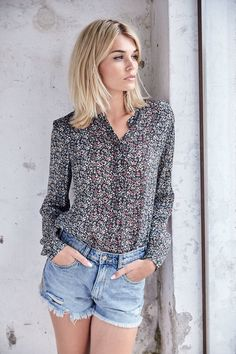Wie ein Blumenmeer: Diese Bluse verzaubert uns vor allem durch ihren floralen Allover-Druck mit in sich verlaufenden Farben.