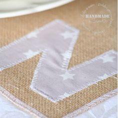 Individual de tela de saco de SweetCo con letra personalizada en algodón.