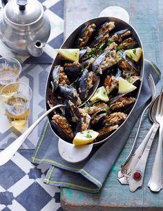 Was das Weinblatt kann, kann die Muschel schon lang: Mit saftigem Reis und kräftiger Minze gefüllt schmecken die Schalentiere am besten kalt oder lauwarm – wie man sie auf Istanbuls Straßen bekom