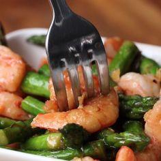 Healthy Shrimp And Asparagus Stir-Fry (Under 300 Calories). Tasty Videos, Food Videos, Cooking Videos, Healthy Snacks, Healthy Eating, Healthy Recipes, Fish Recipes No Carbs, Fish Recipes Under 300 Calories, Under 300 Calorie Meals