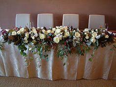 先日装花した結婚式のメインテーブルです。素敵なレストランでした。是非食べに行きたいと準備しながら思いました。結婚式の装花・ブーケなどいろいろ承っております。ご結婚される方はいろいろご相談を是非。やっとクリスマス商品ページを更新しました。クリスマスの準備これからの方も既に準備完了の方も見てみて下さい。先日、お店の前に置いてた自転車が盗まれましてね。まぁ悪いヤツもいるもんだと、ちょっと怒って、ちょっと悔しい思いをしてたんですよ。結構前に購入した自転車だったんで、まさか盗まれるとは。もしかしたらカギをし忘れたかも。そして今日の夜、ちょっと仕事が遅くなりそうなので晩ゴハンを食べに行ったその帰り、ちょうど店長と盗まれた自転車の話をしながら帰る途中でした。ある角を曲がるとそこに・・盗まれた自転車発見!!もう店から徒歩2分の...結婚式(メインテーブル)