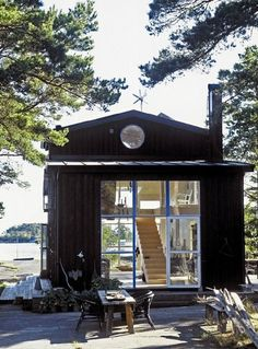 What a great summer cabin. Situated on the archipelago near Stockholm. Work loft and studio of Swedish architect Carouschka Streijffert.