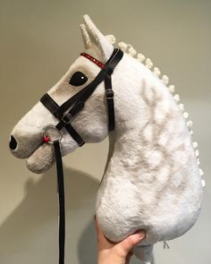 Théo MES The Ghost Runner, Ori, Oldenburg Horse❤️☺️☺️ Théo MES The Ghost Runner, Ori, Oldenburginhevonen❤️☺️☺️ Suuret kiitokset - Art Of Equitation Toy Horse Stable, Horse Stables, Horse Tack, Horse Template, Stick Horses, Hobbies For Couples, Horse Pattern, Diy Gifts For Kids, Horse Crafts