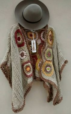 María Cielo: Crochet inspiración: poncho See other ideas and pictures from the category menu…. Crochet Coat, Crochet Jacket, Crochet Cardigan, Crochet Scarves, Crochet Shawl, Crochet Clothes, Crochet Stitches, Crochet Patterns, Crochet Accessories