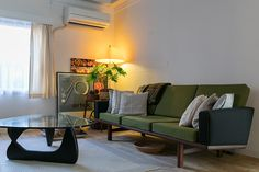 黒川紀章設計の集合住宅に暮らす民藝と北欧家具とヴィンテージと。好きなものをレイアウトする楽しみ | ToKoSie ー トコシエ George Nelson, Sofa, Couch, Indoor, Living Room, Interior, Furniture, Decorating Ideas, Home Decor