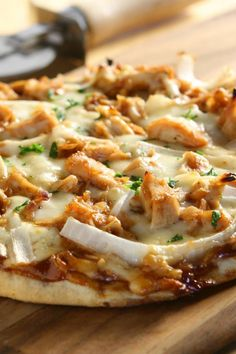 This American chicken pizza recipe changes the classic pizza and will surprise the family. Preparation: 20 minutes Cooking: 15 minutes Productivity: 2 person (persons) Ingredients 1 onion 1 fresh pizza dough 20 cl BBQ sauce 2 grilled or fried chicken breast 1 mozzarella ball parsley salt olive oil Pepper from the mill Chicken Pizza Recipes, Bbq Chicken, Recipe Changes, Fried Chicken Breast, Bourbon Chicken, Pizza Dough, Hawaiian Pizza, Parsley, Mozzarella