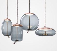 Espectacular y original diseño de lámpara suspendida. Materiales naturales: soga, cobre, y vidrio tintado.