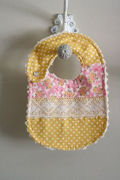 Baby bibsCutest bibs ever. Baby Girl Quilts, Girls Quilts, Girl Baby Bibs, Diy Baby Bibs No Sew, Baby Girls, Baby Sewing Projects, Sewing For Kids, Diy Pour Enfants, Baby Gifts To Make