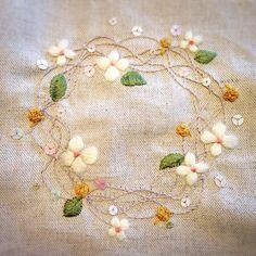 水に浮かぶ花たち…を刺繍 明日から4月! 力まず、ゆらりゆらりと新生活を楽しもう…と、息子たちも私も #刺繍 #手芸 #ハンドメイド #花 #新生活…