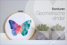 Borduren: Geometrische vlinder. Na nr 1 en 2, nu nummer 3 :-). Mijn derde borduurwerkje is een feit. Ik koos voor een modern patroon. Ik hou van grafische vormen. Dus geometrisch borduren paste wel bij mij. Wat vind jij van deze moderne manier om te borduren? Patroon van Etsy.