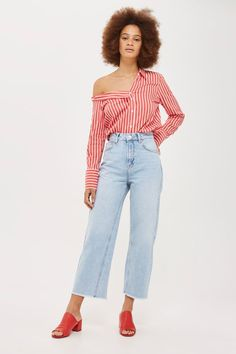 We're in love with these high rise, non-stretch bleached denim MOTO jeans. Cropped to the ankle with edgy raw hems, the eye-catching wide leg fit gives them a retro air.