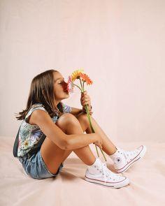 Pasen los años que pasen las Converse All Star en blanco siempre serán una de nuestras zapatillas favoritas❤️ Converse All Star, Kids Sneakers, Converse Shoes, Shoes For Girls, Women, White People
