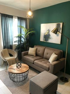 Small living room with a green wall and beautiful furniture Living Room Decor With Green Walls, Bedroom Green, Living Room Colors, Living Room Paint, Living Roon, New Living Room, Small Living Rooms, Small Couch, Small Lounge