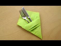 Fold napkins: Cutlery bag - make simple table decorations - make your own deco . Fold napkins: Cutlery bag – make simple table decorations – make your own deco … Napkin Folding Pocket, Paper Napkin Folding, Christmas Napkin Folding, Christmas Napkins, Linen Napkins, Paper Napkins, Simple Table Decorations, Paper Pocket, Diy Clothes Videos