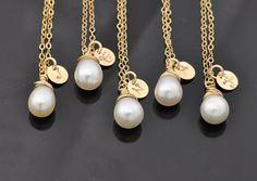 5 Colliers. Initial personnalisé et perle d'eau douce de l'or rempli collier, cadeau de demoiselle d'honneur, mariages - Fifi travail -