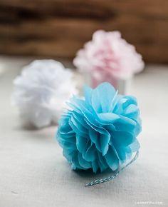 Torne os seus presentes ainda mais especiais com estes pompons/flores de papel com o tutorial passo-a-passo de Lia Griffith  - é facílimo...