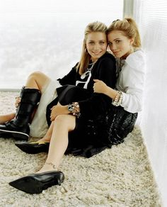 Mary Kate and Ashley Olsen with a rare smile on their faces :)