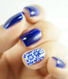nageldesigns galerie nail art in blau mit blumenmuster