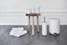 Dat je iedere kamer in je huis stijlvol kunt inrichten, bewijzen de ontwerpers van NORM. Zij hebben voor het Deense merk Menu een strakke en te gekke badkamercollectie ontwikkeld onder de naam Norm Bath. Een elegante collectie die bestaat uit een pedaalemmer, WC borstel, zeeppomp, tandenborstelhouder en een klein doosje met een spiegel voor een […]