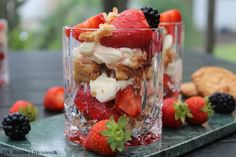 Trifli er en klassisk, skøn, nem og velsmagende dessert. Denne luksus udgave er lavet med sprøde makroner, årstidens bær og en lækker mascarponecreme.
