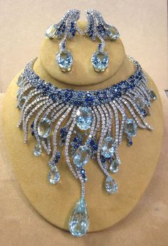 Demi-Parure: Stunning collar-style necklace with earrings I Love Jewelry, High Jewelry, Bling Jewelry, Jewelry Sets, Diamond Jewelry, Jewelery, Vintage Jewelry, Jewelry Accessories, Jewelry Design