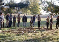 Glenn (Steven Yeun), Hershel Greene (Scott Wilson), Shane Walsh (Jon Bernthal), Beth Greene (Emily Kinney), Jimmy (James Allen McCune), Patricia (Jane McNeill), Maggie Greene (Lauren Cohan), T-Dog (IronE Singleton), Carl Grimes (Chandler Riggs), Lori Grimes (Sarah Wayne Callies), Rick Grimes (Andrew Lincoln), Carol Peletier (Melissa McBride), Andrea (Laurie Holden) e Daryl Dixon (Norman Reedus) no 12º Episódio da 2ª Temporada
