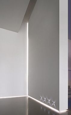 White interior design with Delta Light LED profile lighting for use in corners_ (rodapé das escadas iluminado)