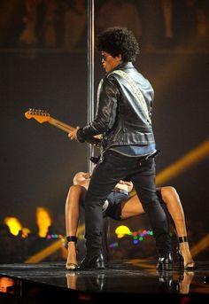 MTV EMAs 2013: Bruno Mars' Pole Dancer Steals Show During Performance Of 'Gorilla' (PICTURES)