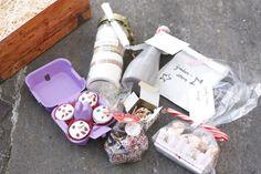 """""""Post aus meiner Küche"""" ist auferstanden! Perfekt zu Weihnachten durfte wieder getauscht werden. Heute dürft ihr einen Blick in das Päckchen werfen, das ich an Anna von DuftundLiebe geschickt habe und ich verrate euch das Rezept für die zuckersüßen Schneemann-Muffins: http://kochlie.be/2014/12/22/post-aus-meiner-kueche-unboxing-schneemann-muffins #pamk #pamkknuspern #geschenkideen #geschenkeausmeinerküche"""
