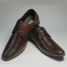 Giày nam công sở là một mối quan tâm lớn đối với dân công sở nói chung và với những người đi làm tại các công ty, văn phòng nói riêng.Trong đó giày công sở nam là một trong những mối quan tâm lớn của những đấng mày râu.Việc chọn lựa được đôi giày công sở đẹp, ưng ý , sẽ khiến các anh chàng tự tin hơn trước những bước đi với vẻ lịch lãm, cá tính của mình.