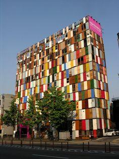 """""""Doors"""" was an enormous public art installation made from more than 1000 reused doors by South Korean artist Choi Jeong-Hwa    """"Puertas"""" fue una enorme instalación hecha empleando más de 1.000 puertas usadas. Por el artista surcoreano Choi Jeong-Hwa"""