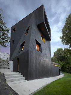 Schwarze Skulptur - Künstlerhaus bei Grenoble von Odile Decq