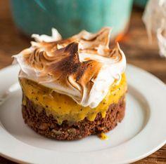 Brownie sozinho já é uma delícia, né? Se tiver um sorvetinho pra acompanhar então, ninguém resiste. Aprenda a fazer essa receita, com sorvete de maracujá e marshmallow.