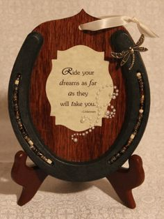 Inspiration >> Take an old horseshoe - or new, it looks better new - and glue it to a piece of wood. Add a quote & glitter in the middle of the horseshoe for extra effect. Horseshoe Projects, Horseshoe Crafts, Horseshoe Art, Horseshoe Ideas, Western Crafts, Western Decor, Diy And Crafts, Arts And Crafts, Metal Crafts