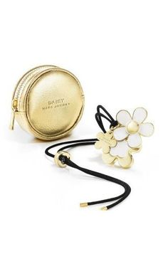 8 New Winter Beauty Products: Marc Jacobs Daisy Solid Perfume Necklace from Adore Beauty. Solid Perfume, Best Perfume, Marc Jacobs Daisy Perfume, Boutique Parfum, Estee Lauder Perfume, Best Makeup Products, Beauty Products, Gifts For Her, Perfume Bottles