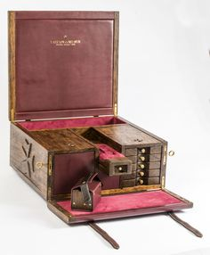 Like this box, cool elements to include perhaps in a mens valet. Woodworking Plans, Woodworking Projects, Wood Projects, Projects To Try, Woodworking Inspiration, Secret Compartment, Jewellery Boxes, Jewelry, Jewel Box