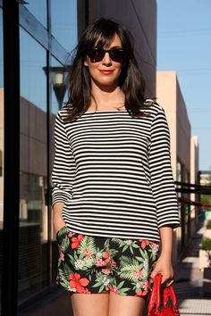 ohmyblog blogger mix flowers  mezcla estampados look de tarde shorts stilettos red balenciaga city outfit de verano streetstyle  (3)