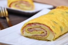 Rotolo-di-frittata Ham And Cheese Omelette, Meat Recipes, Cooking Recipes, A Food, Food And Drink, Xmas Dinner, How To Cook Ham, Baked Ham, Lunch Snacks