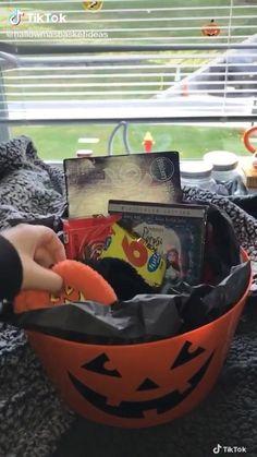 Diy Halloween Basket, Diy Halloween Gifts, Halloween Birthday, Diy Halloween Decorations, Cute Halloween, Holidays Halloween, Halloween Treats, Fall Gift Baskets, Holiday Baskets