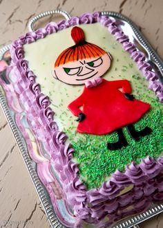 """Elokuussa järjestetyssä äänestyksessä valitsitte Pikku Myyn suosituimmaksi Muumi-hahmoksi. Nyt suosikkihahmo sai oman kakkunsa blogiin. Facebookissa esitettiin toive, että kakku ei olisi yltä päältä sokerimassalla """"panssaroitu"""". Otin tämän toiveen huomioon suunnittelemalla maut mahdollisimman herkullisiksi ulkonäöstä tinkimättä. Niinpä kuorrute on valkosuklaata, pursotukset raikasta marjatäytettä ja reunat lasten suosikkikeksejä. Strösseli on lasten (ja toki aikuistenkin) suuhun maistuva…"""