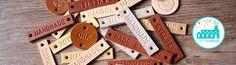 Leren labels StandaardDe Standaard Leren labels zijn 1 cm breed en zijn in de kleurennaturel ,bruin, cognac ,goud of zilver leerte bestellen.De Naturel Leren Labels zijn vanaf € 1,- per stuk en de Bruine, Cognac, Goud en Zilver gekleurdeNaamlabels zijn vanaf€ 1,10 per stuk .Alle symbolen en letters zijn het beste leesbaar op Naturel Leer. Tel alle tekens (letters, punten, komma's, streepjes) en symbolen bij elkaar op en bepaal het aantal tekens(spaties worden niet gerekend).Kies of je…