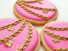 How To Make Royal Icing Jewelry Chains. In this cookie tutorial, I'll show you how simple it is to make a pretty gold chain using royal icing and pearl dust. This pink color can be achieved with Wilton rose (not rose Fancy Cookies, Custom Cookies, Royal Icing Cookies, Cupcake Cookies, Sugar Cookies, Cameo Cookies, Crown Cookies, Shoe Cookies, Vintage Cookies