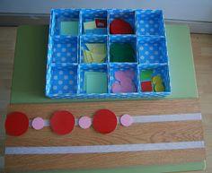 Reeksen leggen met papieren figuren (bijvoorbeeld plakfiguren)