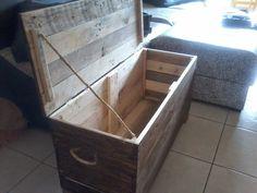 Baú de pinus ,feito com madeira de pallets reciclados. Passam por varias etapas e diferentes tamanhos de lixa. <br>Pintado com betume por fora e cru por dentro. Também fazemos sobre medida.