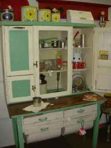 A vintage hoosier would be a great place to store everyday stuff in the kitchen. Vintage Kitchen Cabinets, Vintage Appliances, Old Cabinets, Vintage Kitchenware, Antique Cabinets, Red Kitchen, Kitchen Cupboards, Kitchen Items, Country Kitchen