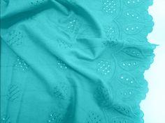 Laise Bico Sabine (Turquesa). Tecido de algodão com bordados vazados e em alto relevo, possui toque agradável, é leve e com cores vivas. Perfeito para looks românticos e delicados.  Sugestão para confeccionar: Vestidos, shorts, saias, entre outros.