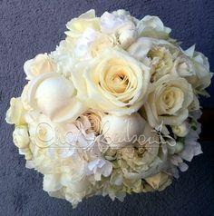 bouquet total white: peonie bianche, rose Avalanche (che sono considerate le più…