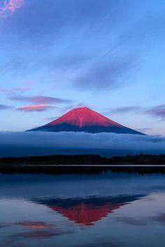 Montaña reflejada en el agua.